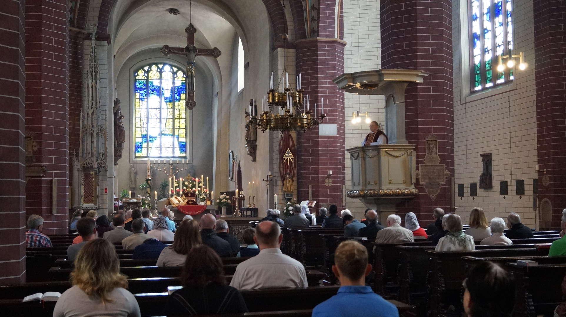 Pfarrer Udo Scholz predigt von der Kanzel der Busdorfkirche
